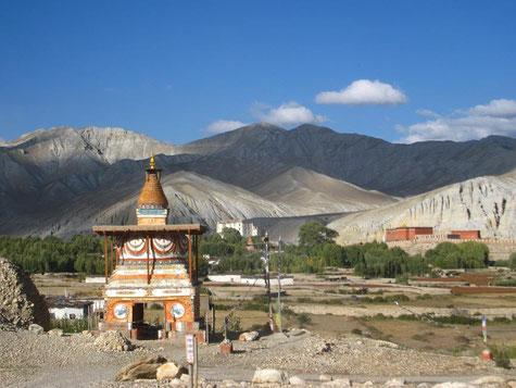 Chörten, dahinter Berge und Himmel. Foto von Karma Lama