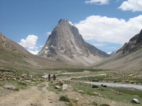 Ein weites Flusstal mit einem hohen Berg, der wie ein Schiffsbug linker Hand aufragt.