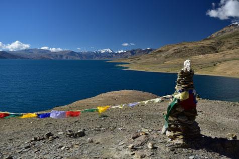 Seepanorama mit Gebetsfahnen im Vordergrund. Foto: Roland Amon