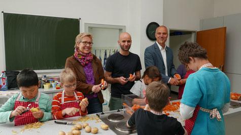 Daniela Kösters, Marcel Grewe (mitte) und der stellv. Schulleiter Stefan Schultze