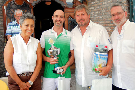 Die (Brutto-)Turniersieger Kuno Convent (2.v.r.), Dietmar Mecking umrahmt von Anne Spelman (Kiwanis-Vizepräsidentin) und Turnierorganisator Axel Götze-Rohen