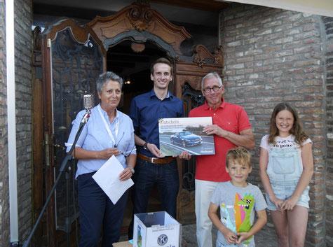 Vice-President Anne Spelmans, der Vetreter von Mercedes Herbrand, Werner Lenz, der Gewinner des Tombola- Hauptpreises und die Losfeen Tom und Emely.