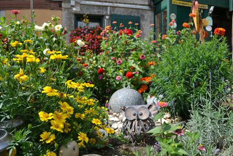 Unser Blumengarten im Hof direkt an der überdachten Pergola!