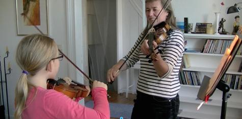 Kasi kuschelt im Geigenkasten