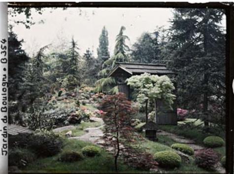 Mai 1915 : Autochrome - Une porte japonaise - Jardin de Boulogne Albert Kahn