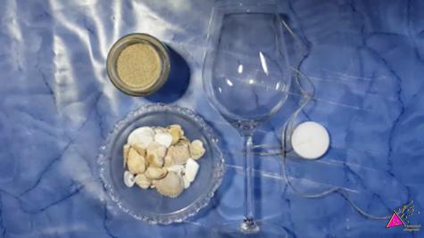 benötigtes-Material-um-ein-Windlicht-selbst-zu-machen:Weinglas-Sand-Muscheln-Teelicht-Schnur