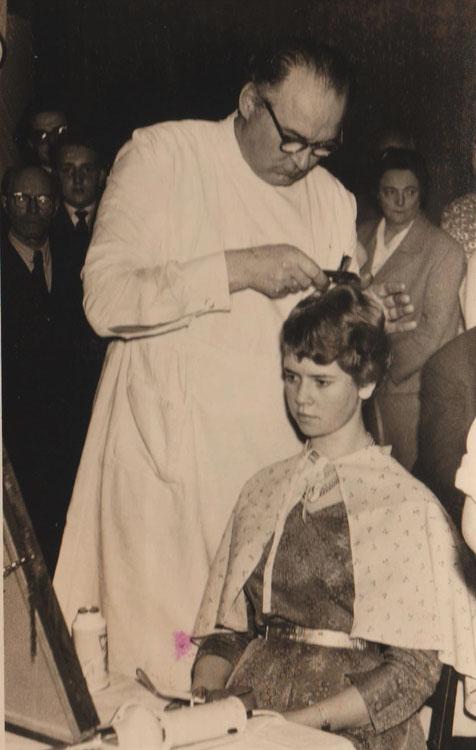 Georg Liefke beim Schaufrisieren am Model Elvira Kallenbach, geb. Gnade, spätere Frau vom Wirt im Budchen, genannt Bullewud - Quelle Martina Luther