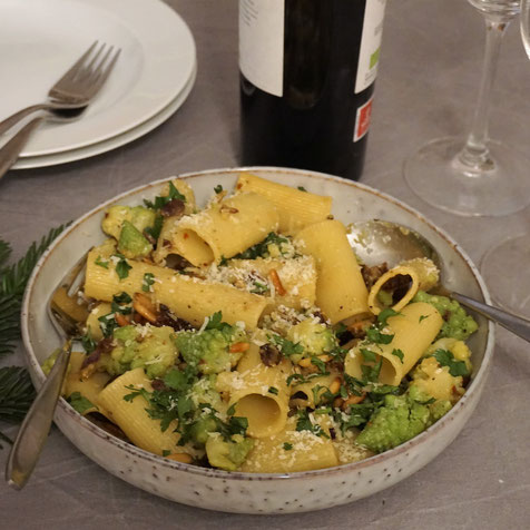 Pasta sizilianisch. Romanesco, Pinienkerne, Sultaninen, getr. Tomaten...