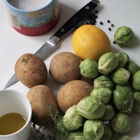 Gerösteter Rosenkohl mit Kartoffelspalten und Zitronenscheiben - herbstlich/ winterliches WohlfühlessenR