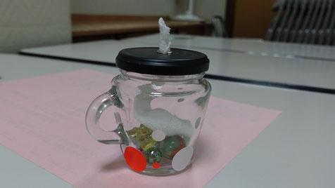 ジャムや佃煮などの空き瓶と、芯には綿100%のトレーナーを使っていよいよ「オイルキャンドル作り」のスタートです。