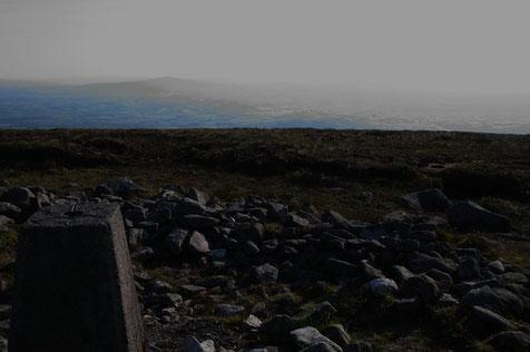 マウント・レンスター山頂と山頂の三角点。