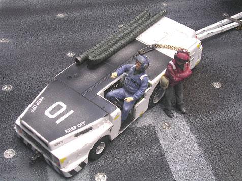Der Fahrer der Carrier-Crew sitzt in einem kleinen Cockpit in Gokart-Größe