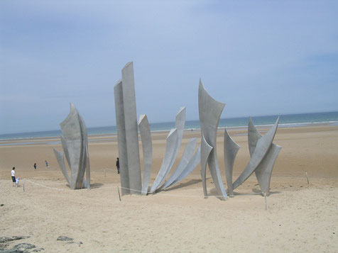 Einer der seltenen, modernen Mahnmale, hier das einer Pariser Künsterlin, was seit 2004 am Strand steht.