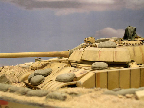 Eingegrabene bis zur Wannenhöhe erwartet der T-55 seinen Gegner