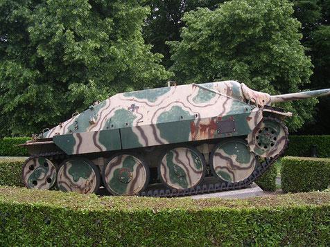 Jagdpanzer Hetzer am Museumseingang mit etwas zweifelhaften Tarndesign.