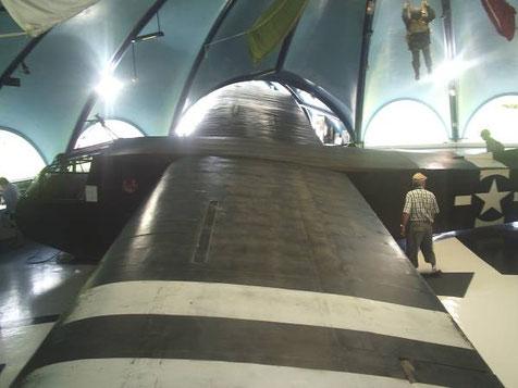 In Halle 1 ein Waco-Gleiter, einer der Träger, die direkt im Umfeld von St-Mere-Eglise landeten.