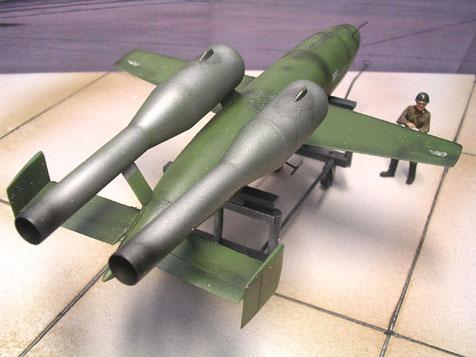 Zwei Raketenmotoren stellen eine Weiterentwicklung zur V1 dar.