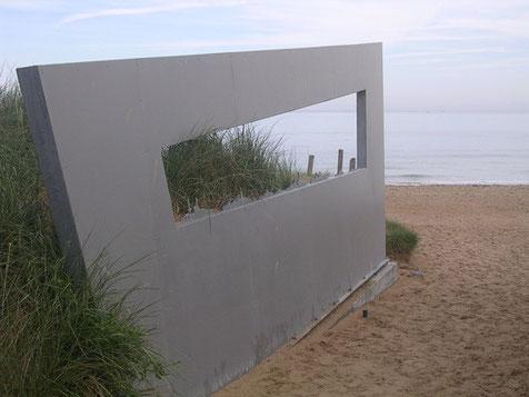 Installation zum Invasiongeschehen am Strand.