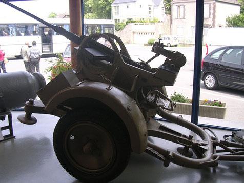 20mm Flak 36 auf sandgelber Lafette und Anhängersatz, es fehlen Teile der Optik, womöglich um das Geschütz unbrauchbar zu machen.