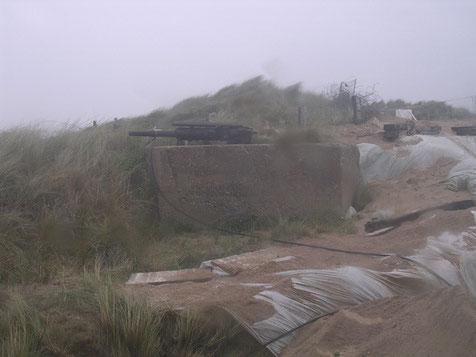 Die umliegenden Dünen sind gesprickt mit kleinen, verbunkerten Stellungen, hier mit 5cm KWK ausgestattet.
