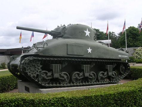 Er weist aber schon die seitlichen Panzerplatten zum Schutz der Munitionsbunker auf.