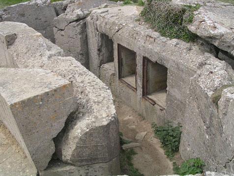 Die Munitionskammern weisen auch hier völlig zerstörte Fundamente auf - die Folge von circa 600 Tonnen Bomben auf das gesamte Batteriegelände.
