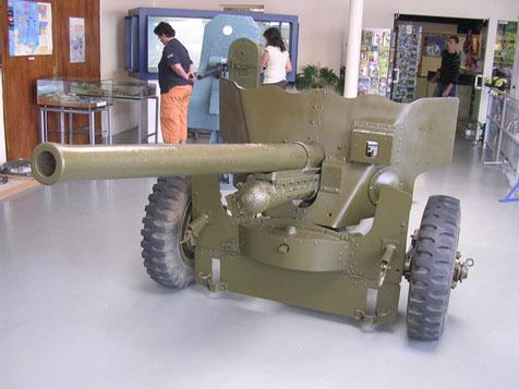 In der Vorhalle eine britische 57mm Pak.
