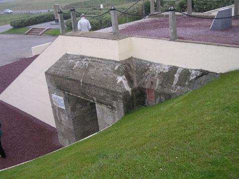 ...wurde direkt auf dem Fundament eines deutschen Bunkers aufgebaut, eine sicher sinnvolle Verwendung.