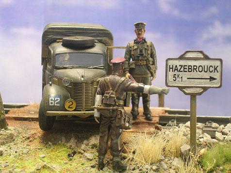 Der britsche Militärpolizist mit weissen Ärmelbinden und schweren Handschuhen