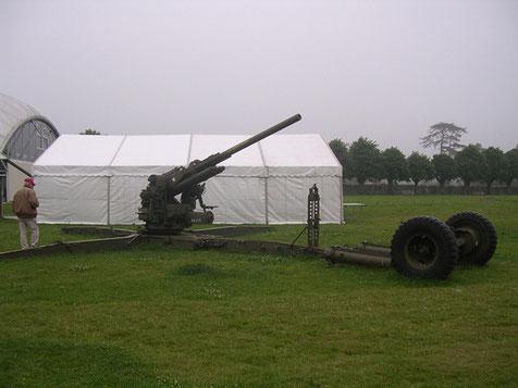 Das umliegende Gelände erlaubt die Aufstellung auch größeren Gerätes, wie diese 90mm US-Flak.