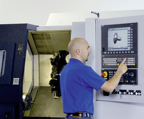Bediener vor CNC-Maschine Siemens Sinumerik