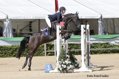 Britt ter Harmsel werd 1e en 2e in de Enterbrook Prijs voor pony's. Foto FotoTrailer