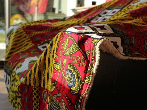 Plaid en wax ou en Bogolan fait a la main; plaid chaud; plaid coloré: couverture originale