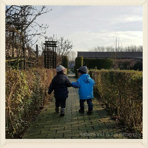 Hach, was ist es schön, dass unsere Jungs sich wieder haben. Hand in Hand entdecken sie die Welt. Oder wie hier - die Kleingartenanlage an einem eisigen Tag Anfang Januar.