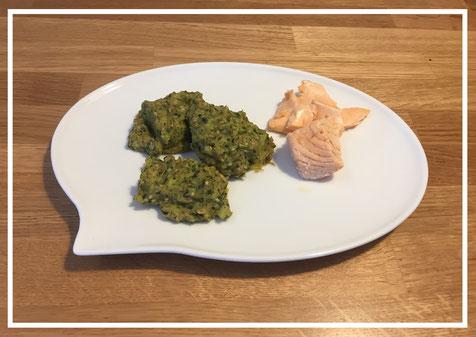 Ein gesundes Gericht für Kinder, Brokkoli, Kartoffeln, Spinat und Lachs.