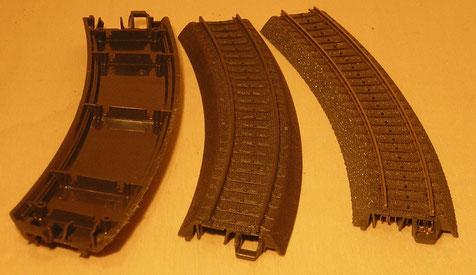 Links und Mitte das Kunststoffgleis mit Plastikschiene, im Vergleich zum C-Gleis rechts.
