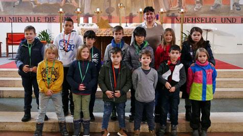 Franziska Seiser (rechts hinten) und 13 der insgesamt 14 Kinder, die im Mai zur Erstkommunion antreten werden. Ein Kind war am Familientag leider verhindert.