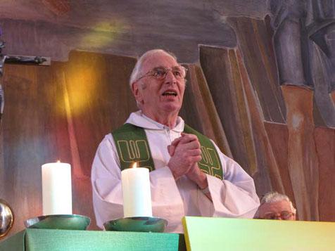 So kennen ihn alle: herzlich und offen zu den Menschen und im Glauben. Pfarrer Marcel Lootens bei seiner Abschiedsmesse am 25.September 2011.