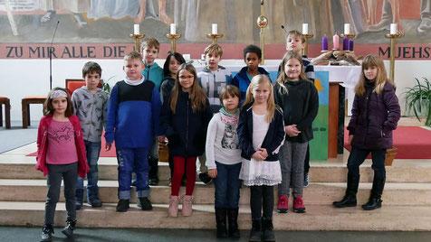 Gruppenfoto mit 13 der insgesamt 17 Kinder, die im Mai 2020 zur Erstkommunion antreten werden. Vier Kinder waren am Familientag leider verhindert.