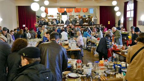 Beim Frühlingsflohmarkt gab es ein großes Angebot von Büchern, Geschirr, Besteck, Küchengeräten, Kunst und Krempel, Firlefanz und kleinen Elektrogeräten.