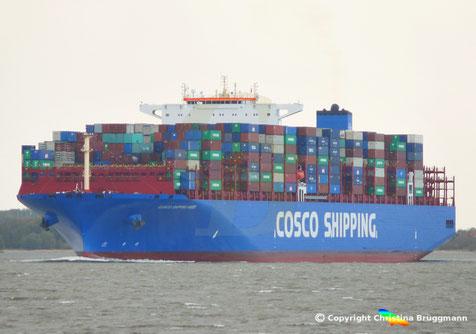 COSCO SHIPPING ANDES bei der Fahrt zum Ertsanlauf von Hamburg, 24.10.2018