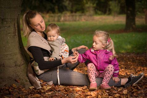 Kleinkind im Herbst tragen - Babytrage Huckepack Wrap Tai - Wandern im Herbst mit Kindern