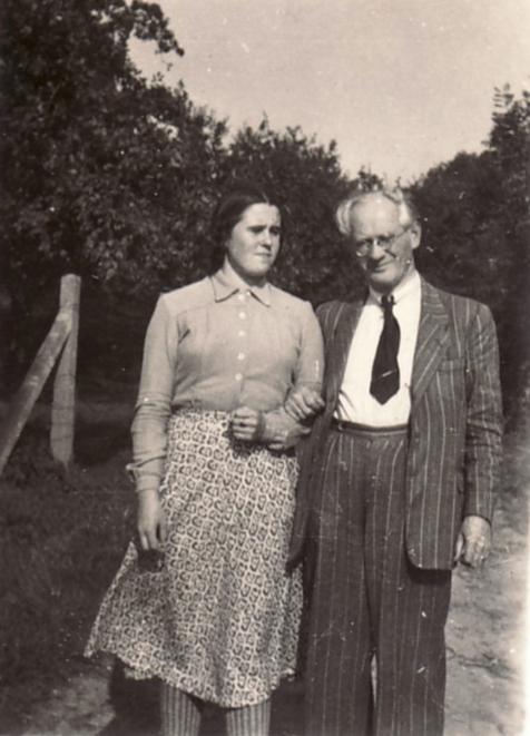 Hanns Heinen mit Tochter Gabriele auf dem Weg zum Künstlergarten, 1947
