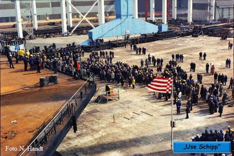 Bei der Stapellaufrede sind hauptsächlich Werftarbeiter anwesend