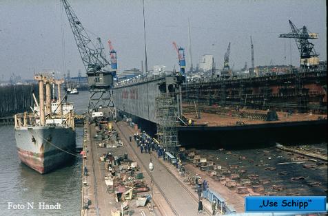 Immer schneller gleitet das Dock dem Werfthafen entgegen
