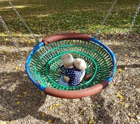 An einem wunderschönen Herbsttag im Stadtpark schaukeln unsere Kinder kuschelnd...