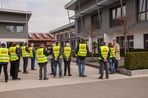 Begrüßung vor dem neuen Bauberatungszentrum