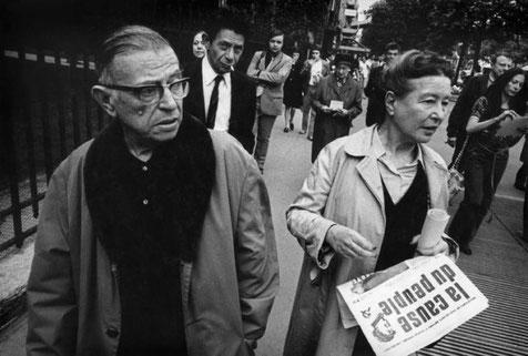 "Paris: Jean-Paul Sartre og Simone de Beauvoir uddeler det forbudte mao-spontaneistiske blade ""La cause du peuple"""