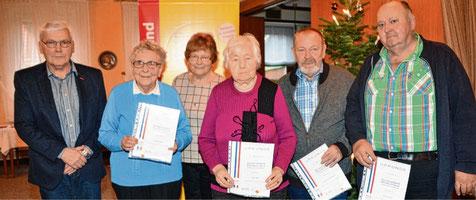 Mit dem stellvertretenden Vorsitzenden Ingo Galuschka (l.) würdigte Christa Möller (3.v.l) die Treue der Mitglieder (v.l.) Käthe Eggers, Erika Lähn, Hans Peter Papendorf und Walter Holm.