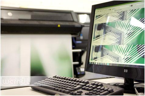 Digitaldruck in der Produktion - Im Beispiel Druckvorstufe und Druckmaschine in Arbeit.